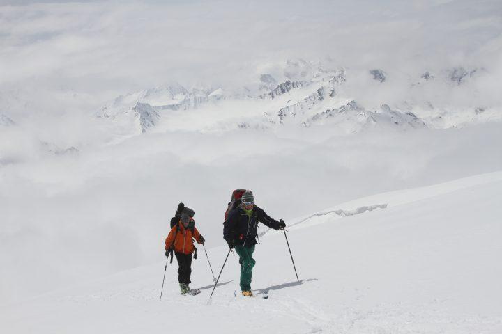 Подъем на лыжах на скалы Пастухово 4700 м