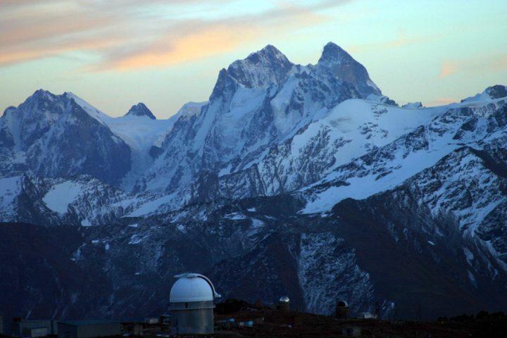 Обсерватория на фоне горы Ушба
