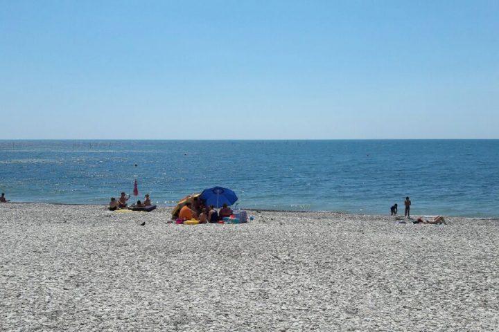 мелко-галечный пляж Приморской