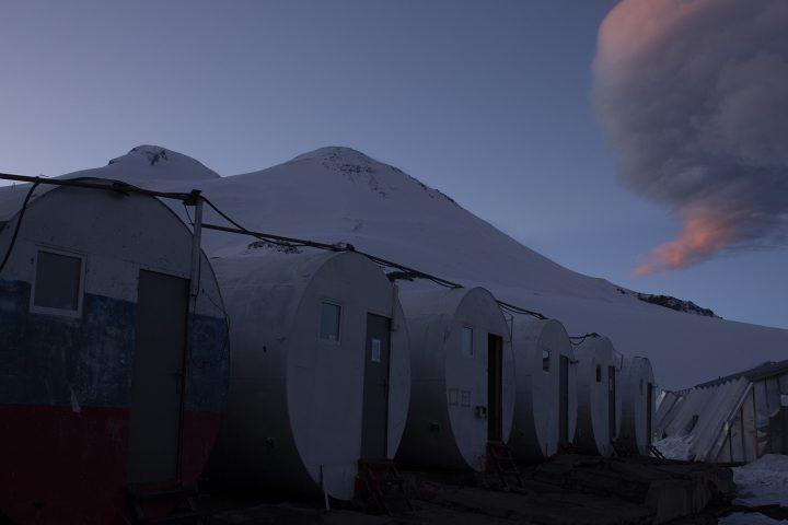 Бочки на фоне Эльбруса