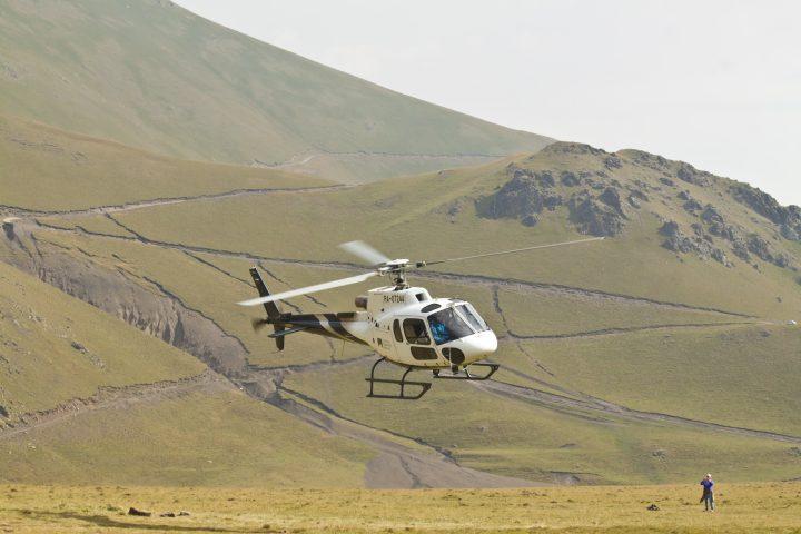 Вертолет над поляной