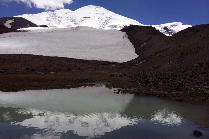 Озеро под ледником Карачаул