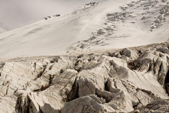 Разломы ледника вид с морены