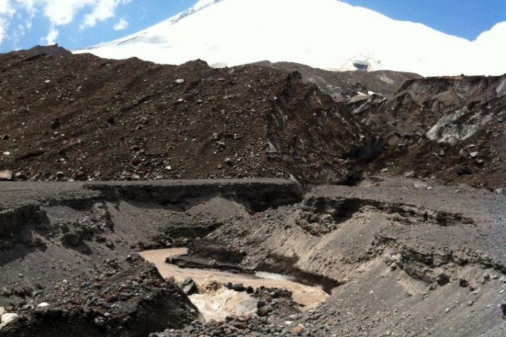 Реки в разломах Ледника