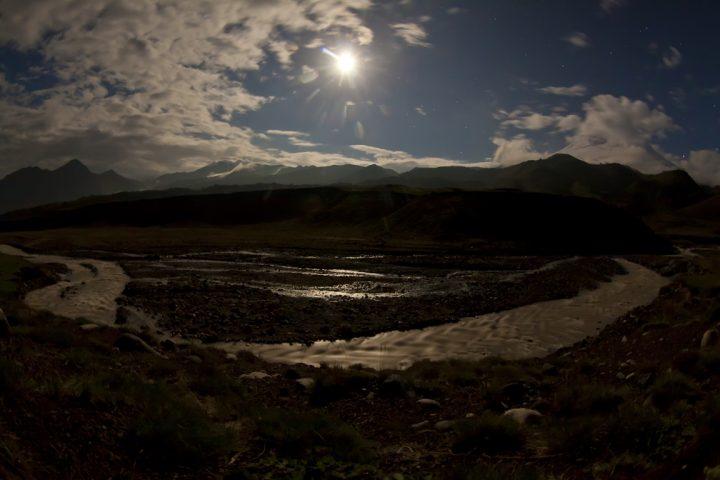 базовый лагерь лунной ночью