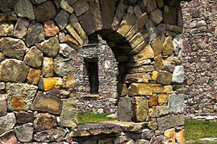 Камни в стенах башни